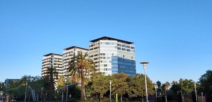 Sanofi topa con el Ayuntamiento de Barcelona: el cartel de su sede en España, retirado